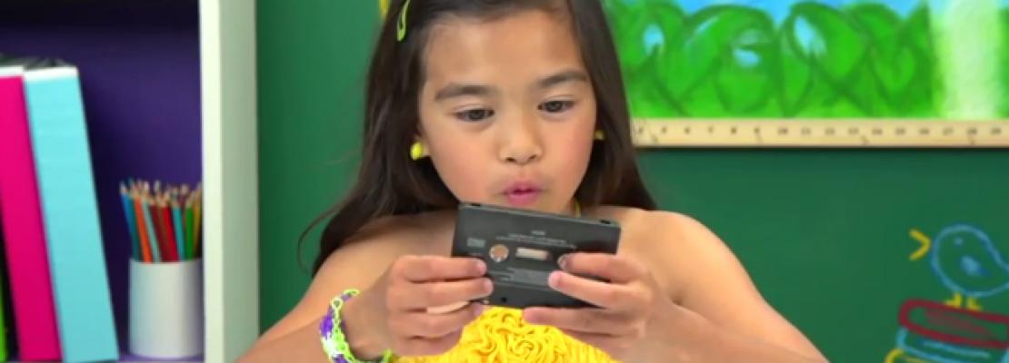 Πώς αντιδρούν τα σημερινά παιδιά βλέποντας walkman και κασέτες