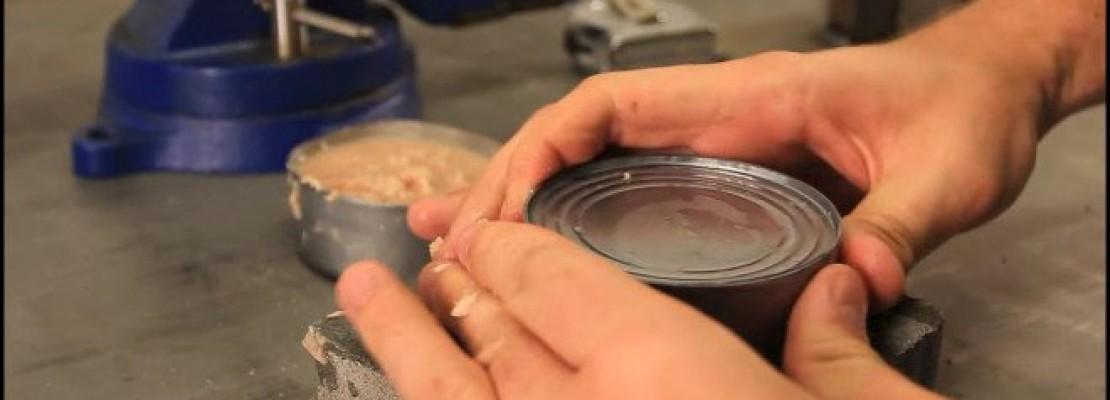 Απίστευτο κόλπο: Πώς να ανοίξετε μια κονσέρβα με τα… χέρια και δίχως ανοιχτήρι [βίντεο]