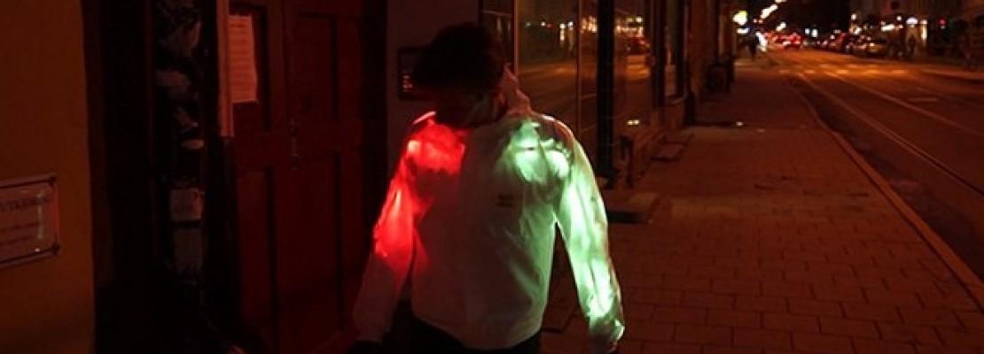 Οταν η μόδα συναντά την τεχνολογία – Ενα μπουφάν εφοδιασμένο με λαμπάκια, ικανό να αλλάζει χρώματα [βίντεο]