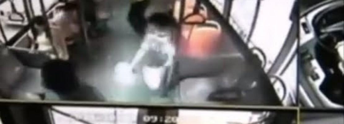 Απίστευτο περιστατικό – Κινητό έσκασε στα χέρια γυναίκας και έπιασε φωτιά [βίντεο]