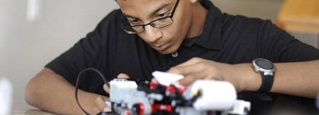 Ο νεότερος επιχειρηματίας στον κόσμο – Πως ένας 13χρονος έφτιαξε εκτυπωτές για τυφλούς χρησιμοποιώντας Lego (photos)
