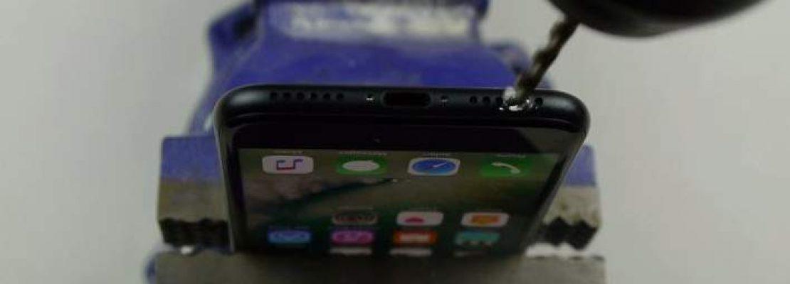 Βρήκαν πατέντα με τρυπάνι για να βάλουν στο «iPhone 7» ακουστικά
