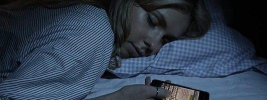 Έρευνα: Ανοιχτή οθόνη κινητού ίσον χειρότερη ποιότητα ύπνου