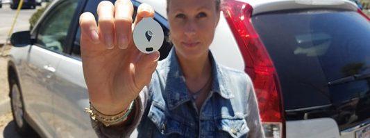 Συσκευή εντοπισμού του αυτοκινήτου στο μέγεθος νομίσματος