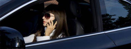 Πανικός στο Ην. Βασίλειο: Σχέδια για δημιουργία «λειτουργίας οδήγησης» σε κινητά τηλέφωνα