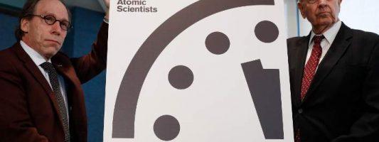 Το ρολόι του κόσμου χτυπά μεσάνυχτα: Μετακινήθηκαν οι δείκτες της Αποκάλυψης λόγω… Τραμπ