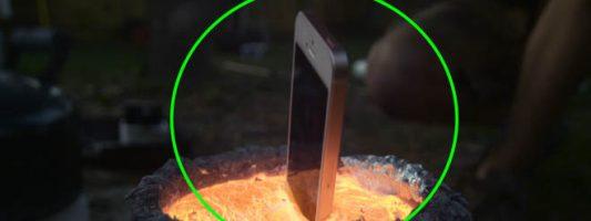 Παίρνει ένα iPhone και το λιώνει σε καυτό αλουμίνιο…!