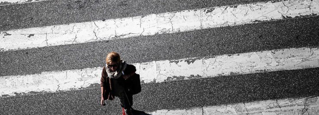 Τα πρώτα πεζοδρόμια – φωτεινοί σηματοδότες για κολλημένους χρήστες κινητών τηλεφώνων