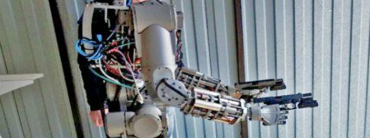 Οι Ρώσοι εκπαιδεύουν ρομπότ να πυροβολεί με τα δυο χέρια