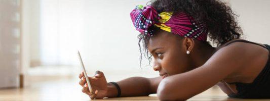 Μεγάλο ποσοστό Βρετανών επικοινωνούν με μηνύματα μέσα στο ίδιο τους το σπίτι