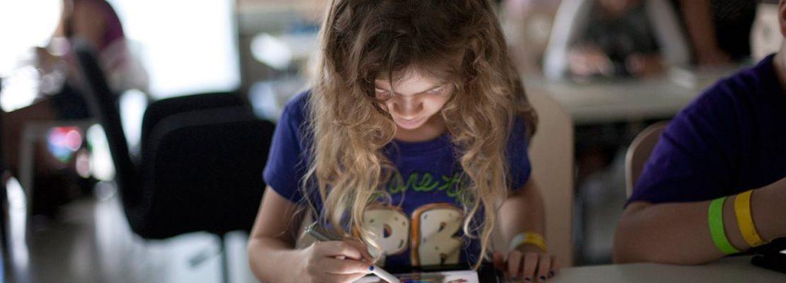 Τεχνολογία: Οι νέοι πληκτρολογούν δέκα λέξεις το λεπτό πιο πολλές από τους γονείς τους