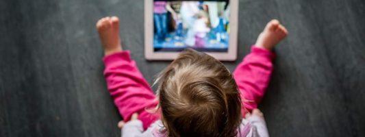 Τα παιδιά που περνάνε πολλές ώρες μπροστά σε οθόνες γίνονται πιο αδρανή σωματικά όταν μεγαλώσουν, σύμφωνα με έρευνα