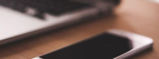 Έρευνα: Γιατί δεν πρέπει να έχετε το κινητό σας πάνω στο γραφείο