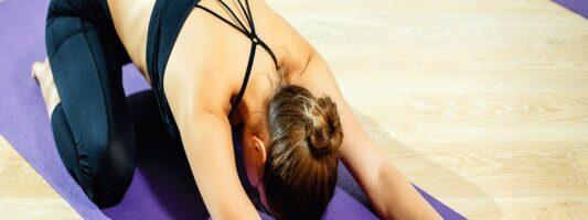 Έρευνα: Η γιόγκα βοηθά στη μείωση του άγχους ωστόσο πιο αποτελεσματική είναι η ψυχοθεραπεία