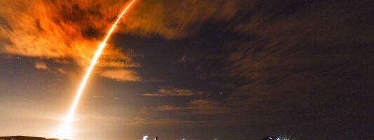 Ξεκίνησε η ιστορική πτήση του SpaceXCrew Dragon με πλήρη ομάδα αστροναυτών